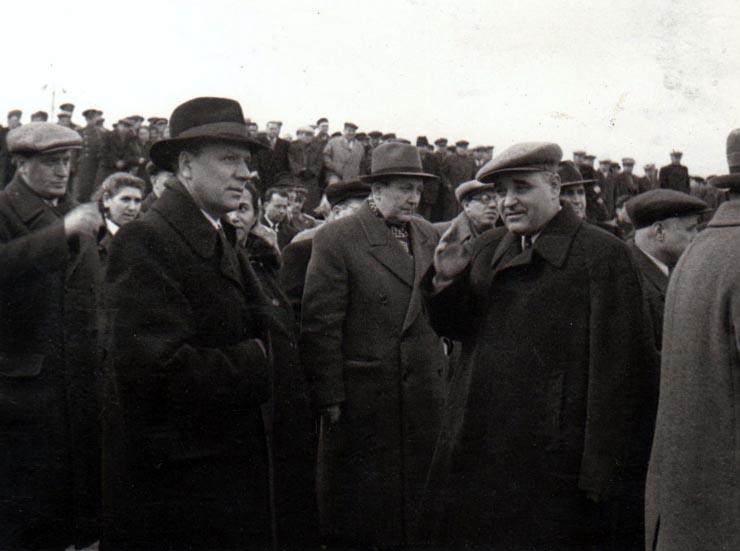 Gheorghe Gheorghiu –Dej care a condus delegaţia R.P.R. la funeraliile lui I.V.Stalin; pe aeroportul Băneasa la înapoierea de la Moscova. Sunt de faţă: S. Burghieli, L. Răutu, A. I. Leontiev, Mihail Roller, Petre Lupu, Racă Vidraşcu, Ghizele Vass.(11 martie 1953).